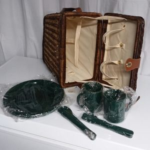 BNWT Vintage Picnic Basket w/place setting for 2